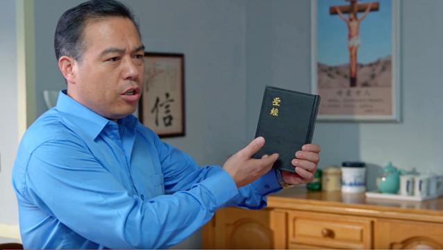 牧师提出了圣经。
